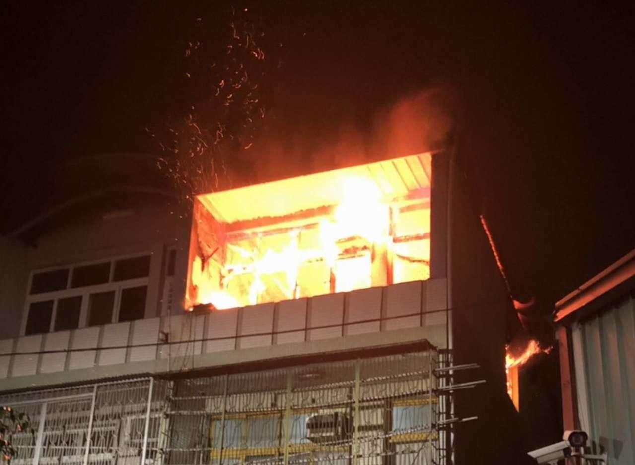 彰化市平安街一棟透天厝今晚9點多發生火警,消防隊出動搶救,約一個小時撲滅火勢,無...