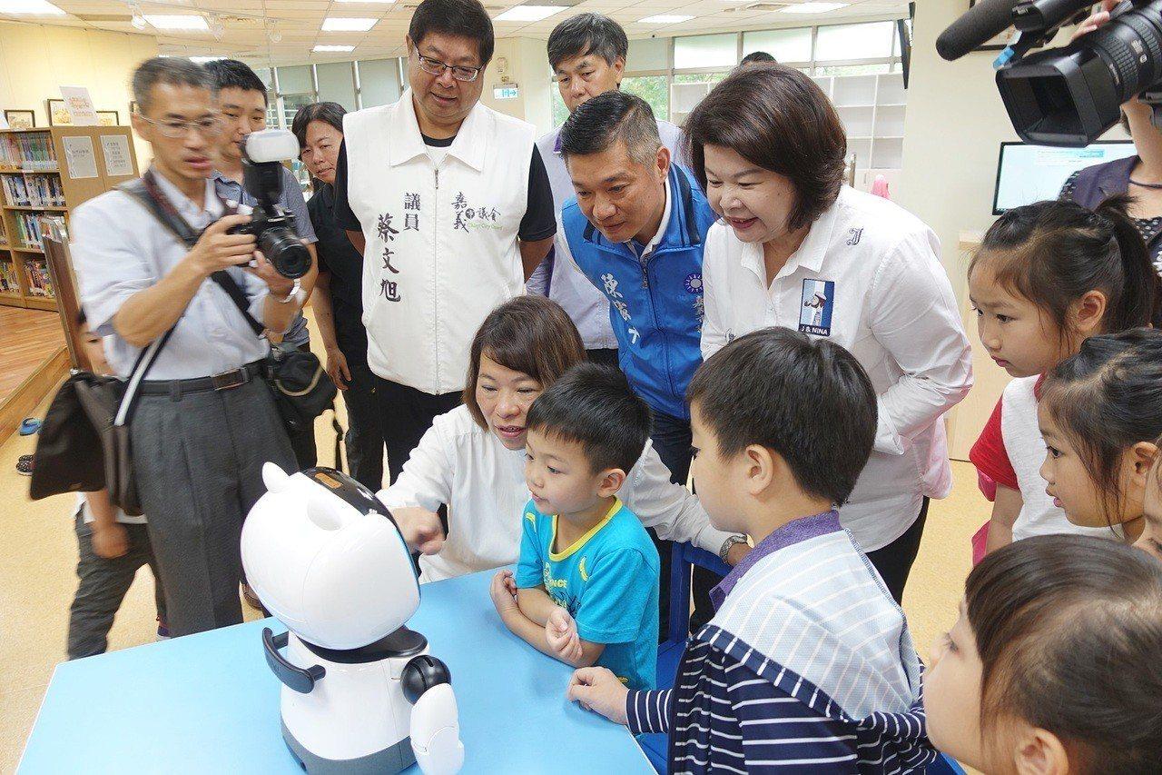 嘉義市長黃敏惠與學童一起和AI機器人「凱比同學」學習。記者李承穎/攝影