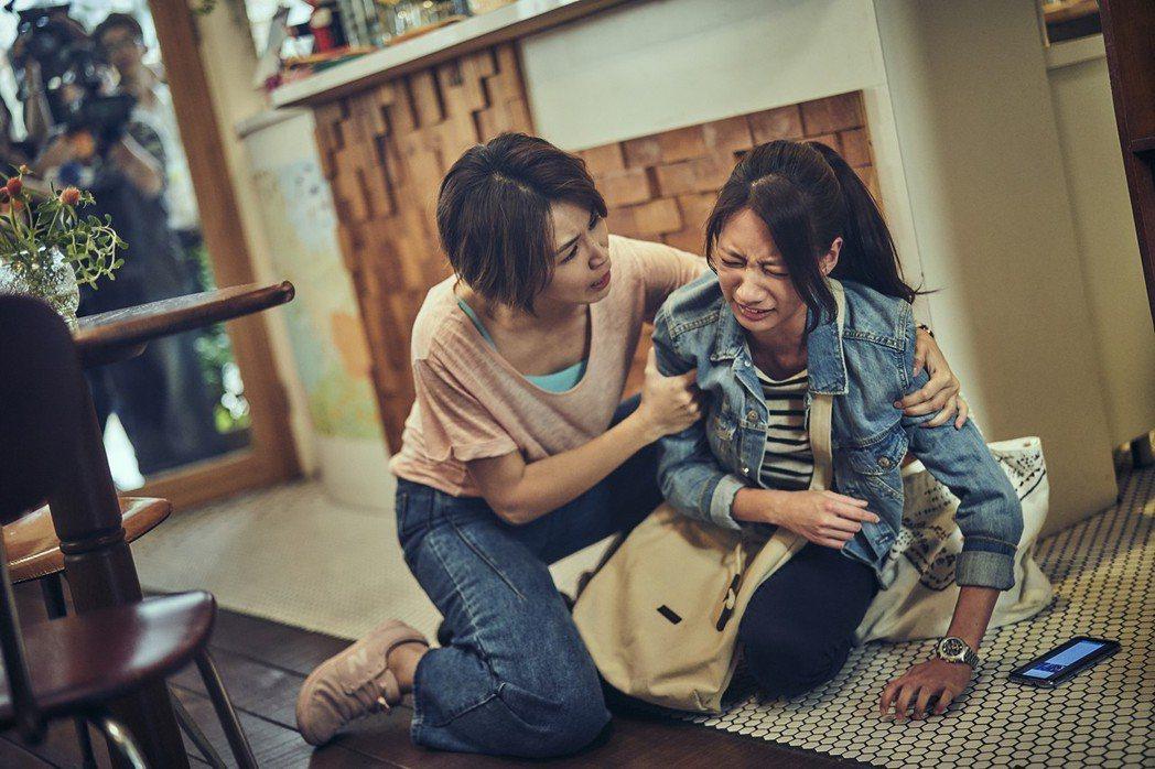 曾沛慈(左)與陳妤在「我們與惡的距離」中各自面臨許多問題。圖/公視提供