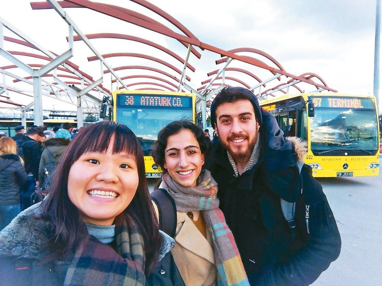 北藝大美術系學生林子渝(左),去年寒假赴土耳其體驗當地的藝術、文化。 圖/教育部...
