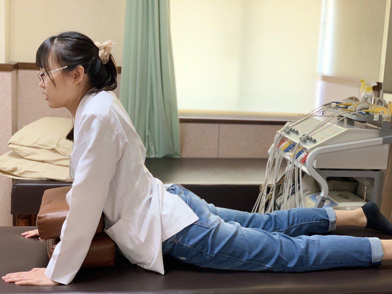 預防骨刺第二招「腰椎伸展運動」:趴平,以類似伏地挺身姿勢撐起上半身,骨盆仍留於地...