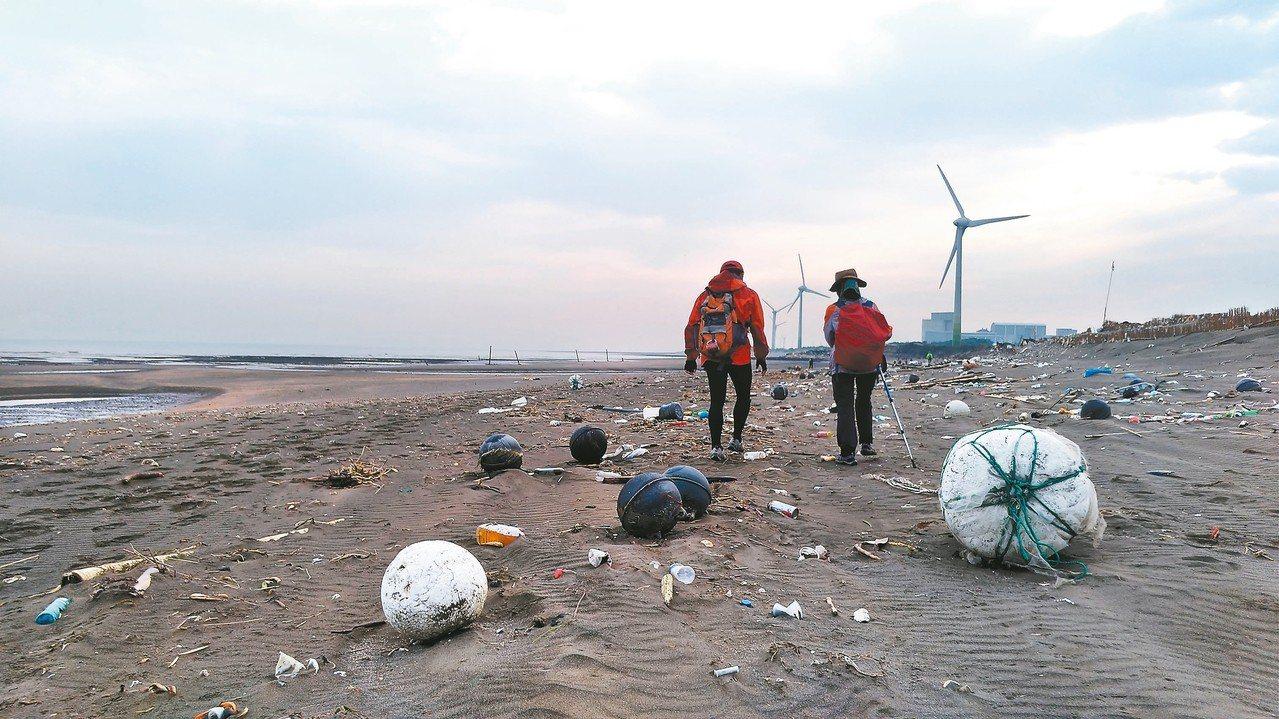 桃園觀音工業區林立,垃圾成了凝固的浪花,廢水重新畫了一條海岸線。記者黃昭勇/攝影