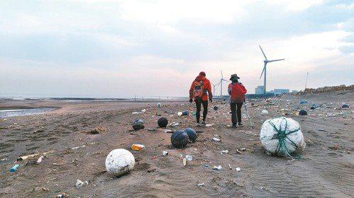 桃園觀音工業區林立,垃圾成了凝固的浪花,廢水重新畫了一條海岸線。 記者黃昭勇/攝...