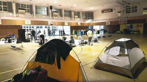 晚上睡學校體育館或活動中心,一個睡袋、一頂帳篷,就換得一夜好眠。 記者黃昭勇/攝...