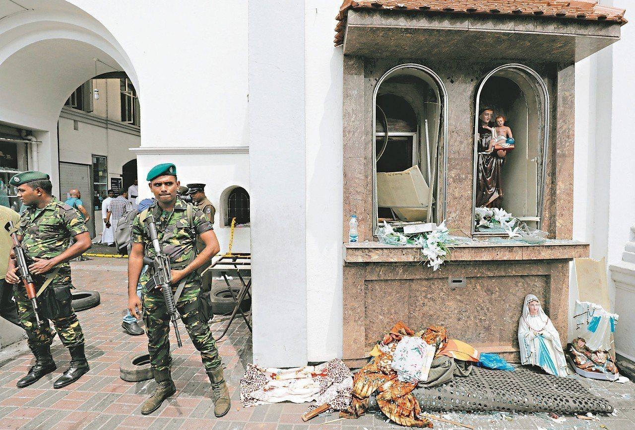 斯里蘭卡聖安東尼教堂廿一日發生爆炸案,案發後軍人在教堂外戒備。 (路透)