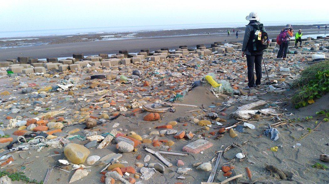 桃園觀音工業區林立,海邊全是垃圾及廢水。記者黃昭勇/攝影