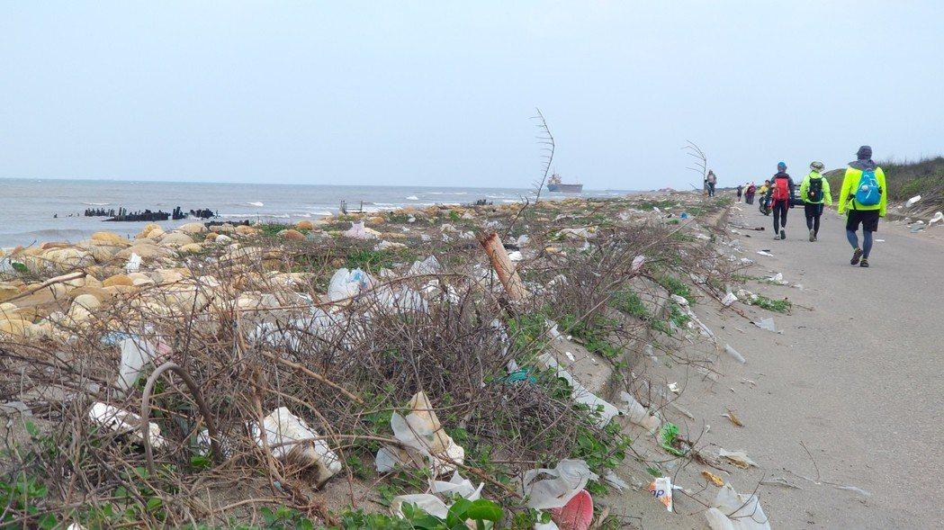走過桃園海岸,垃圾與消波塊是路上不變的景觀。記者黃昭勇/攝影
