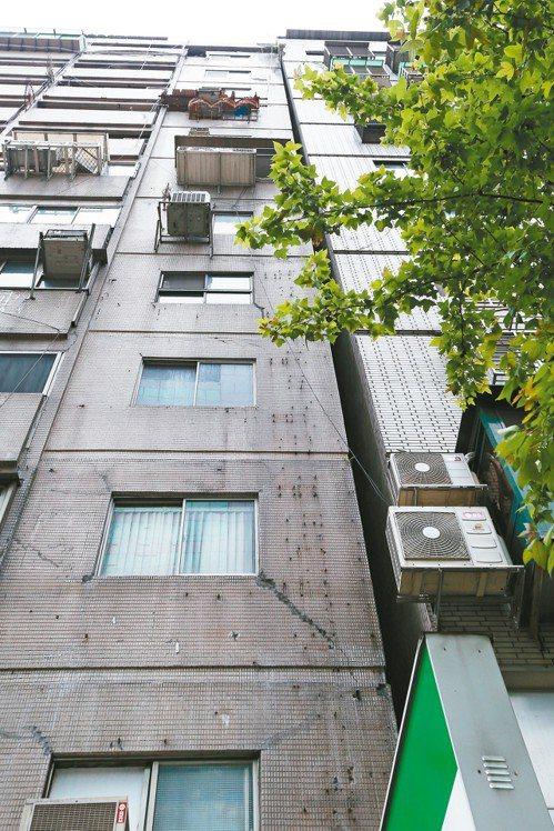 台北市信義路上一棟大樓(左)震後傾斜依靠在旁邊建築物上,該棟大樓在九二一地震後已...