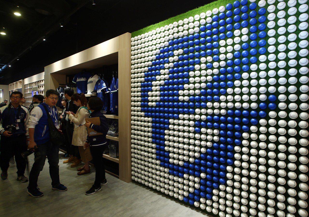 新莊棒球場一樓商品旗艦店入口處,用了1400顆球拼出富邦悍將LOGO的球牆。 聯...