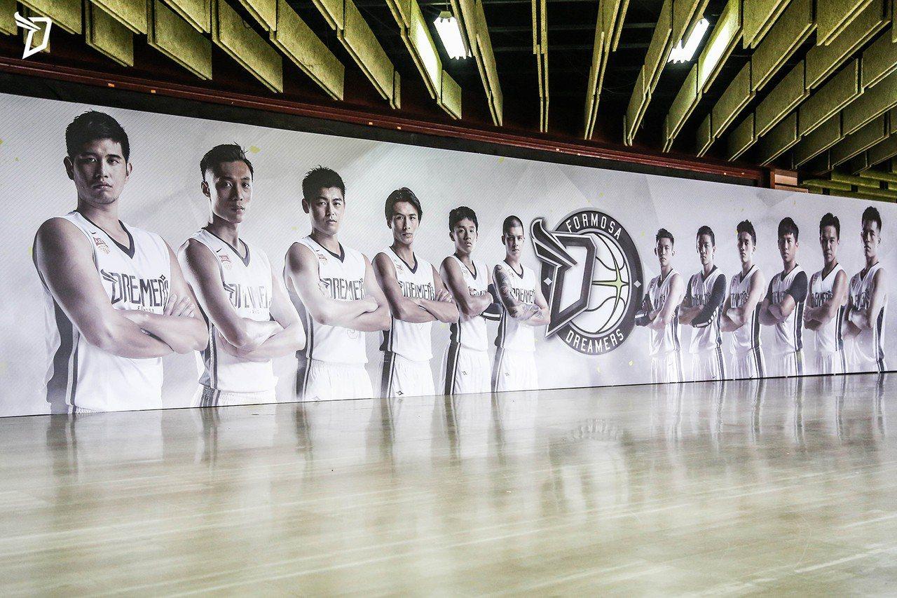 「黑人」陳建州2008年成立「熱血設計有限公司」,兩年前更從潮流跨足體育,一手打...