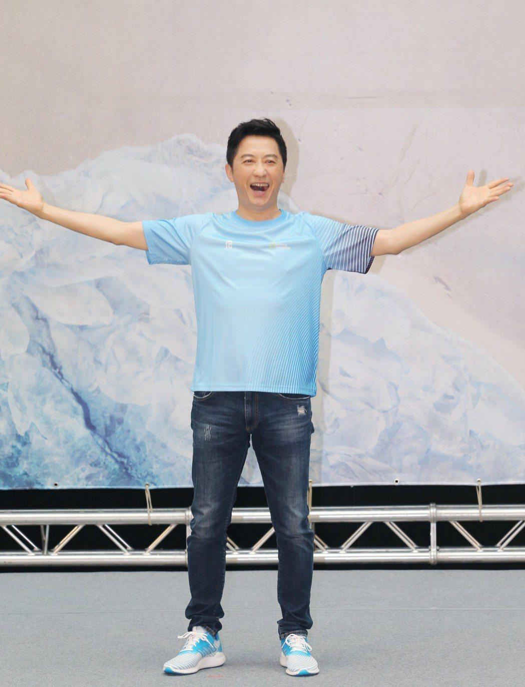 哈林庾澄慶出席國家地理「世界地球日」路跑起跑記者會,一出場便用他招牌「搖滾」手勢...