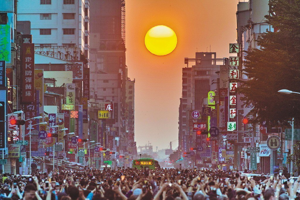 圖為高雄青年路的懸日。 聯合報系資料照片/記者劉學聖報導