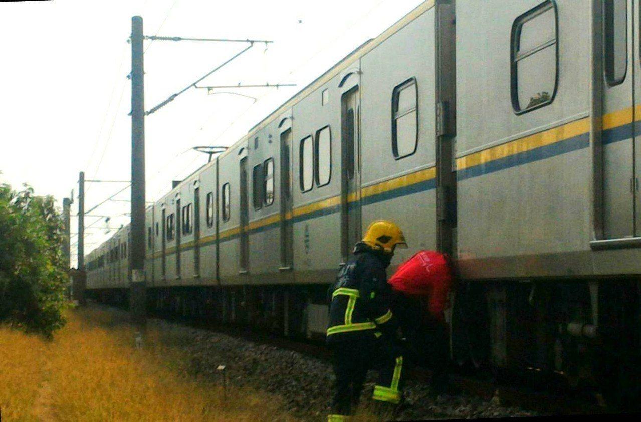 行人闖越軌道遭撞。 圖/台鐵局提供
