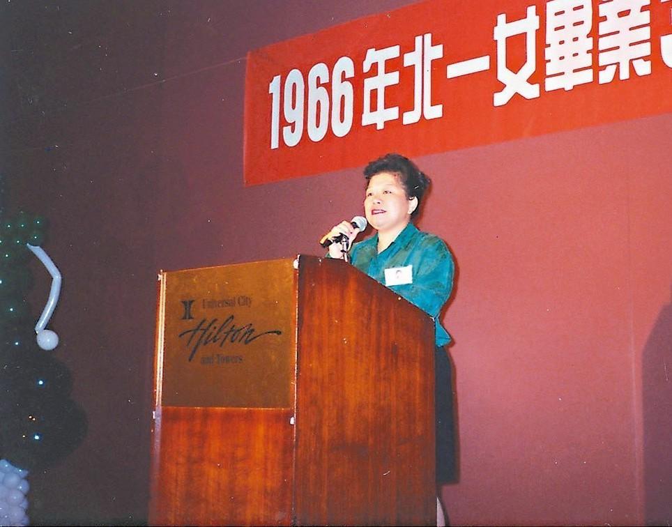 北一女高中畢業三十年校友會,廖輝英在洛杉磯代表當屆校友演講。 圖/廖輝英提供