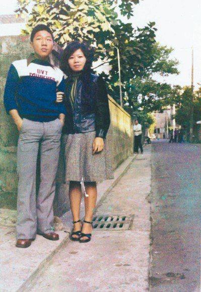廖輝英(右)在廈門街住家巷子與小弟合影。 圖/廖輝英提供
