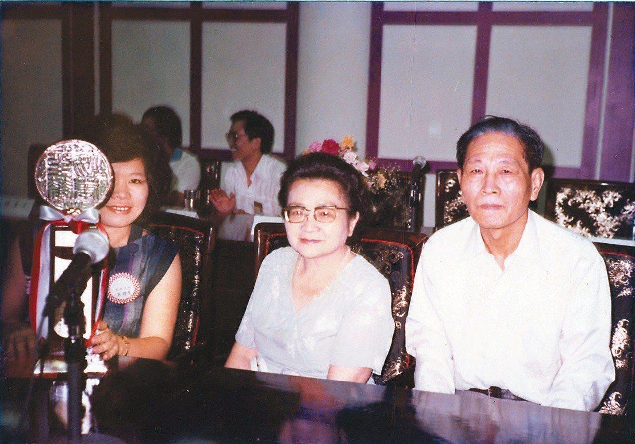 一九八三年,廖輝英(左一)獲聯合報文學獎,在贈獎會場與父母合影。 圖/廖輝英提供