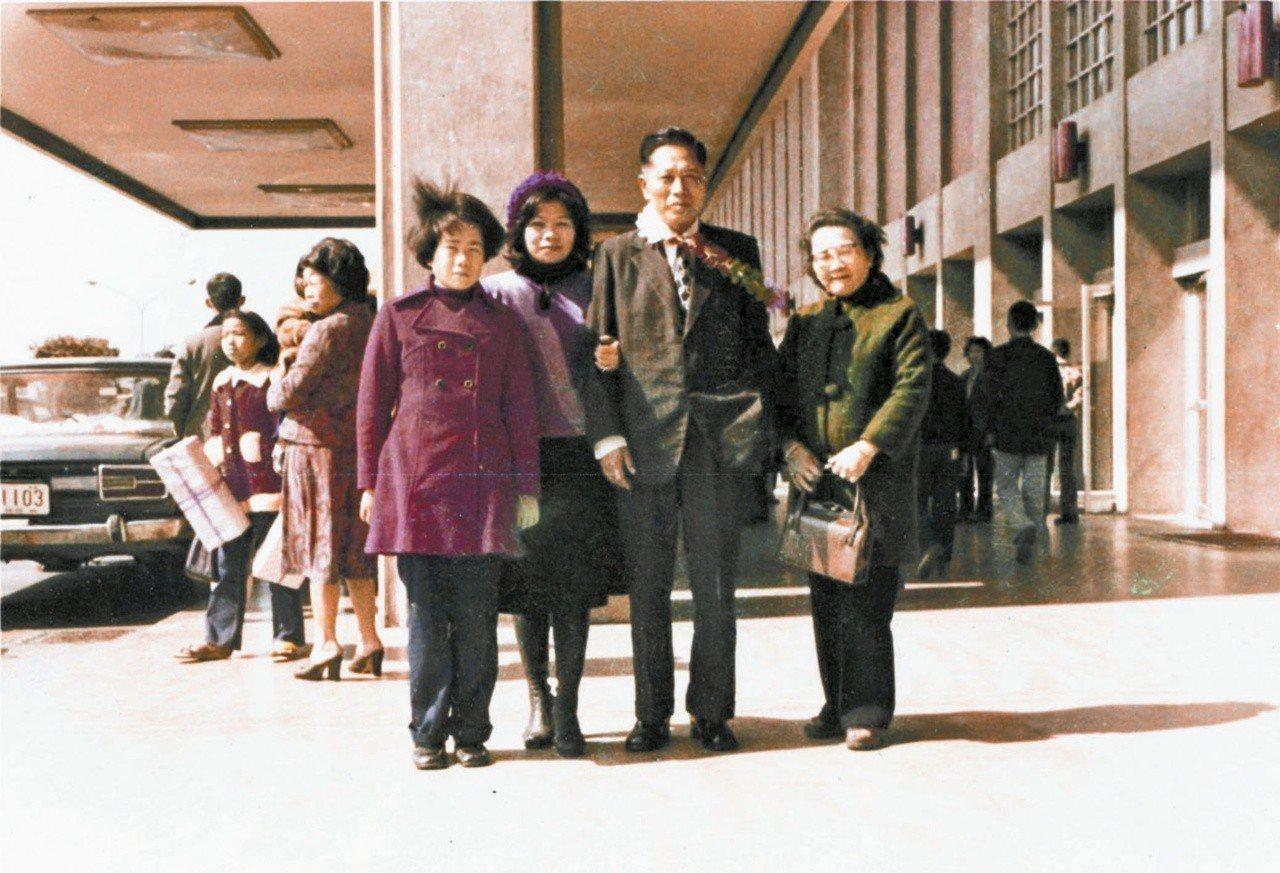 廖輝英(左二)在松山機場送爸爸出國。 圖/廖輝英提供