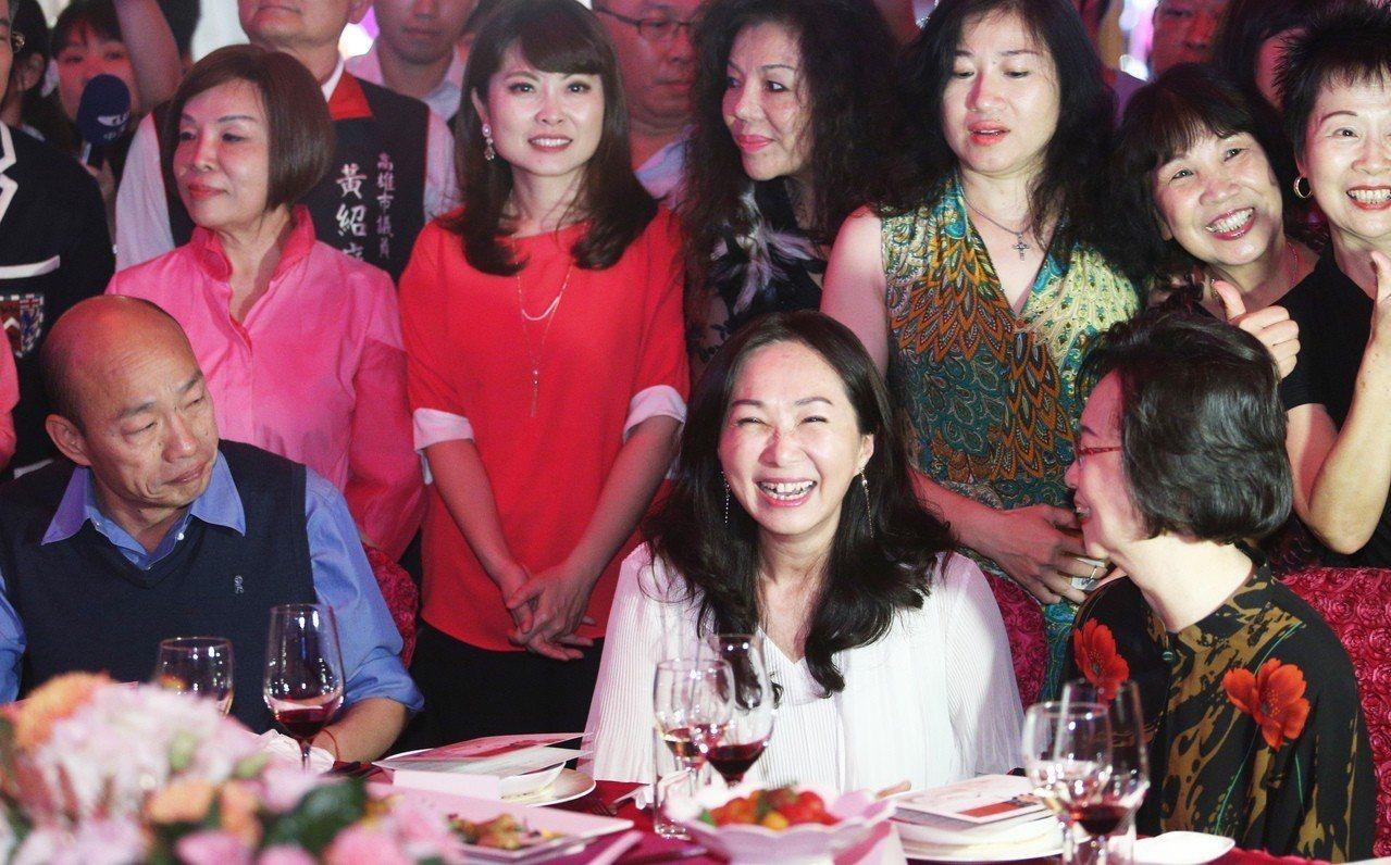 韓國瑜妻子李佳芬(中)晚上表示,韓是光明磊落的人,「背後被開槍的感覺真的很不舒服...