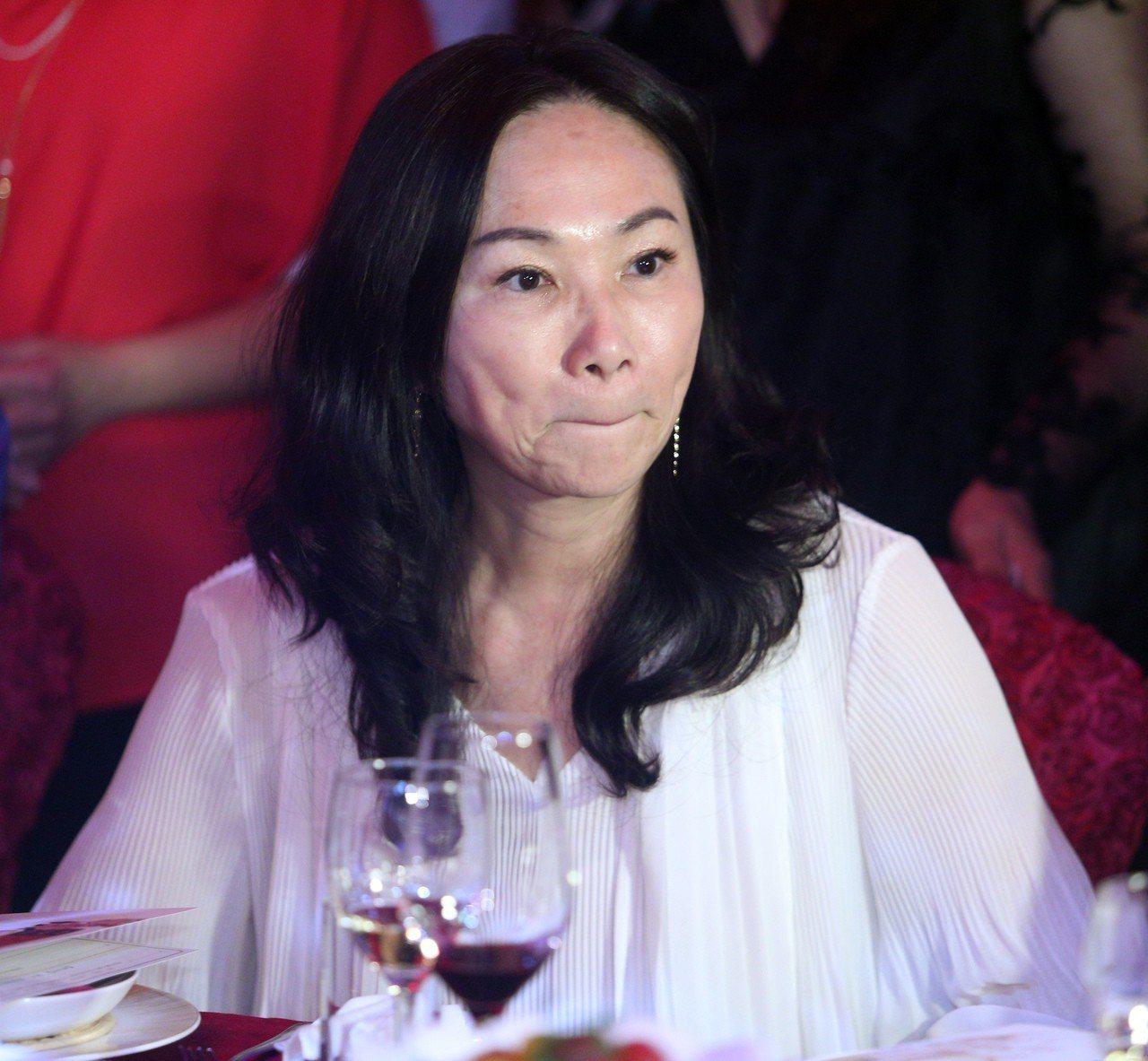 韓國瑜妻子李佳芬晚上表示,韓是光明磊落的人,「背後被開槍的感覺真的很不舒服」。記...