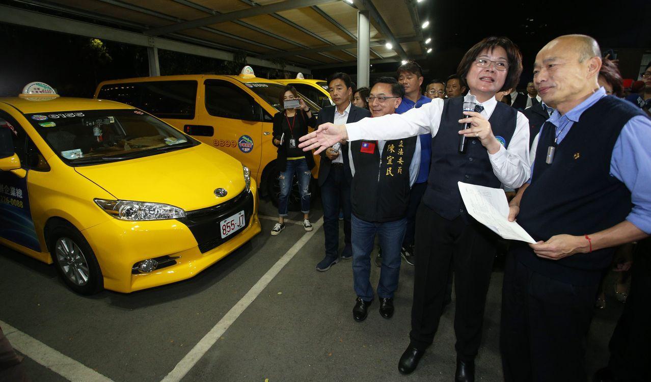 高雄市長韓國瑜(右)上任後,曾在計程車司機家中夜宿。 圖/聯合報系資料照片
