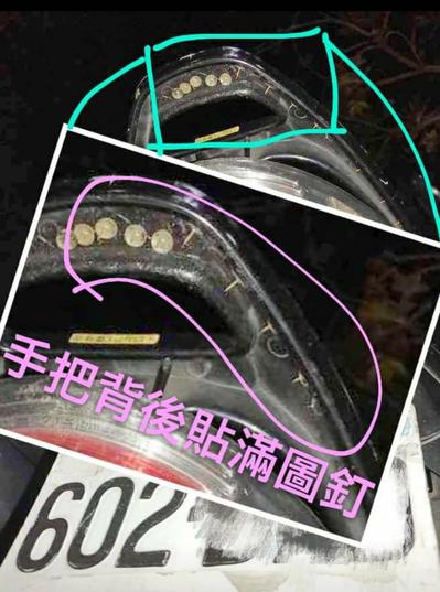 一中商圈有機車車主說,牽車時手被刺傷,才知機車把手被暗藏圖釘。圖/取自臉書爆料公...