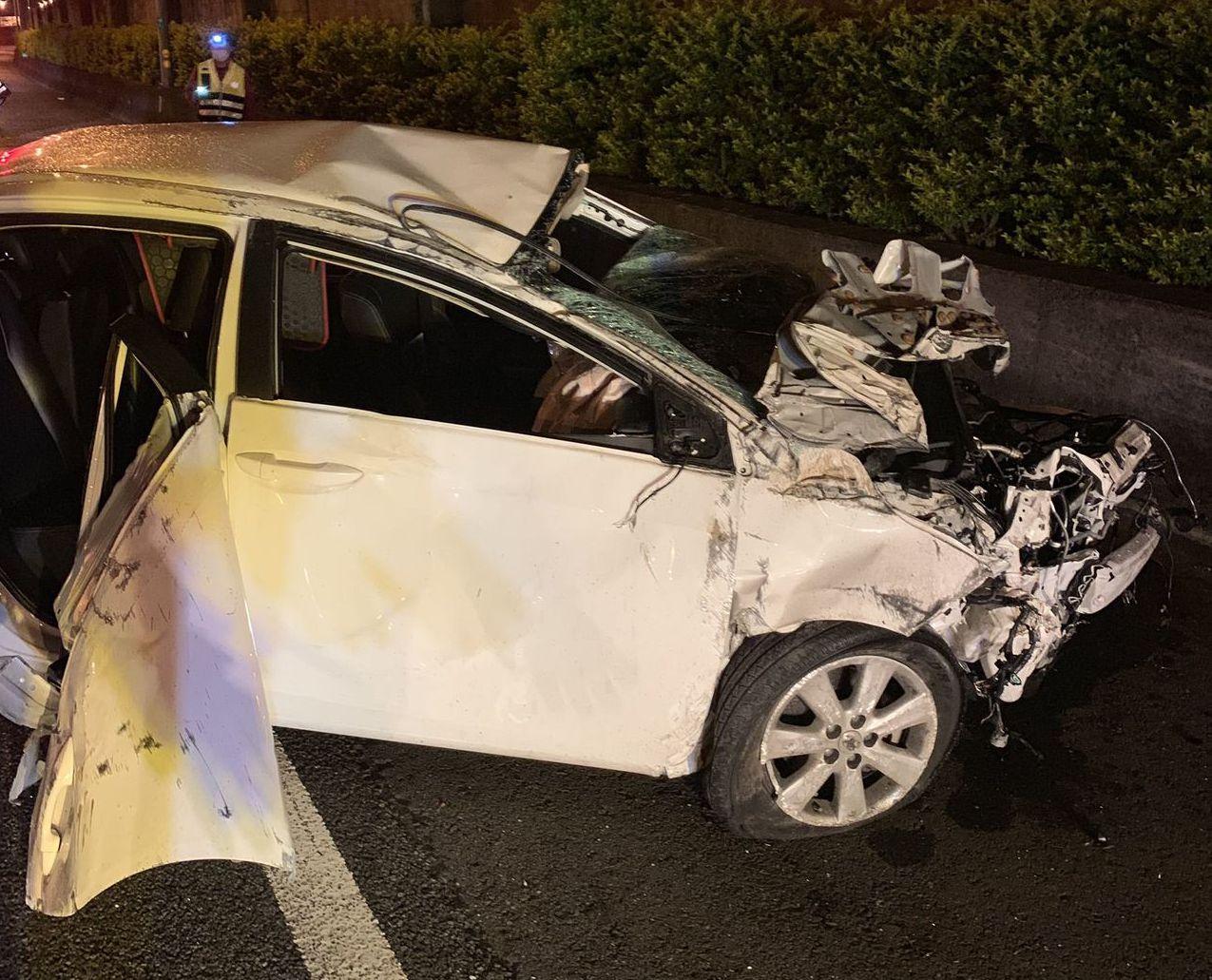 國道1號車禍,小轎車自撞已經成廢鐡。記者范榮達/翻攝