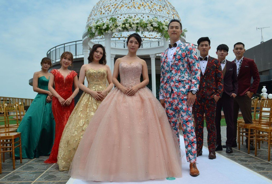 素人模特兒穿著時尚婚紗與西服走秀後合影。  陳慧明 攝影