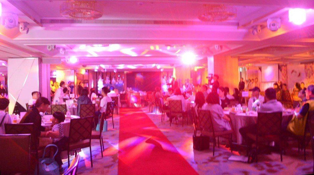 宴會廳的科技燈光秀。  陳慧明 攝影