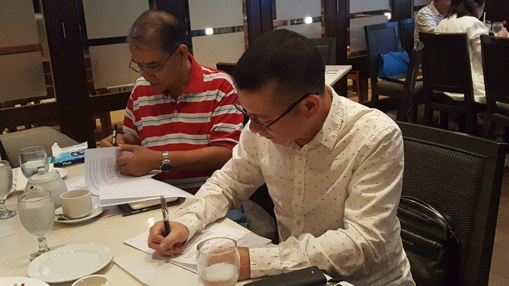 鑫業貴金屬副總經理廖煜勝(右)與菲律賓Bicol地區礦業公司簽約,正式合作合作生...