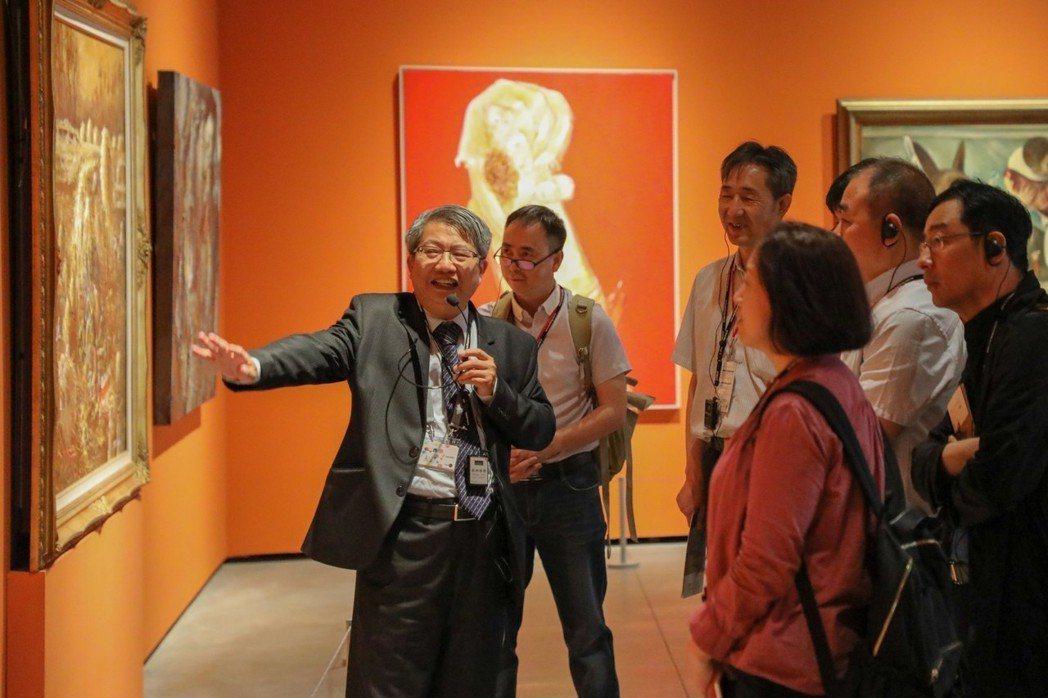 南美館館長潘襎為陝西文博專業人士來訪進行導覽。  南美館 提供