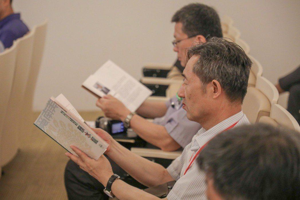 陝西文博專業人士閱讀南美館所發行的雙月刊-覓南美。  南美館 提供