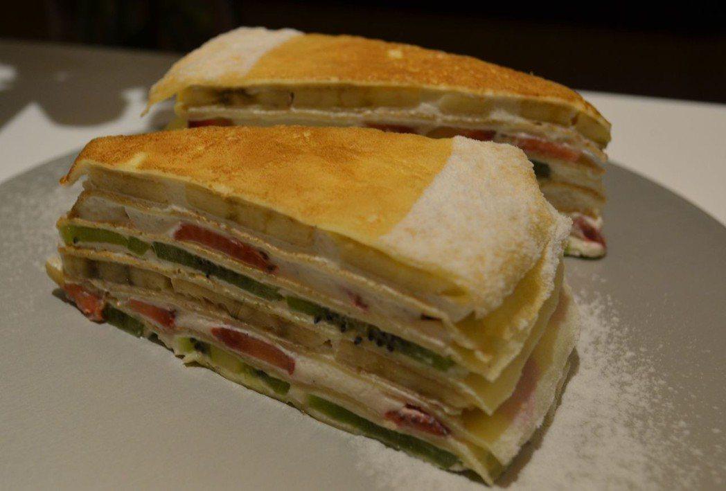 水果千層蛋糕由7層餅皮,6層水果,層層堆疊而成。  陳慧明 攝影