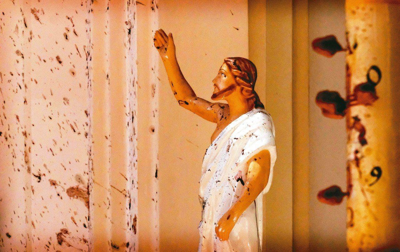 斯里蘭卡尼甘布的聖塞巴斯提安教堂21日遭到炸彈攻擊,教堂內的耶穌像染血。 美聯社