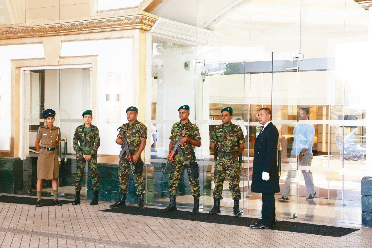 可倫坡的肉桂大酒店21日遭到炸彈攻擊後,安全部隊守在大門口。 歐新社