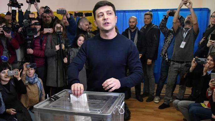 烏克蘭總統選舉第二輪決選,出口民調顯示,喜劇演員出身的政治新人澤倫斯基預計能獲得...