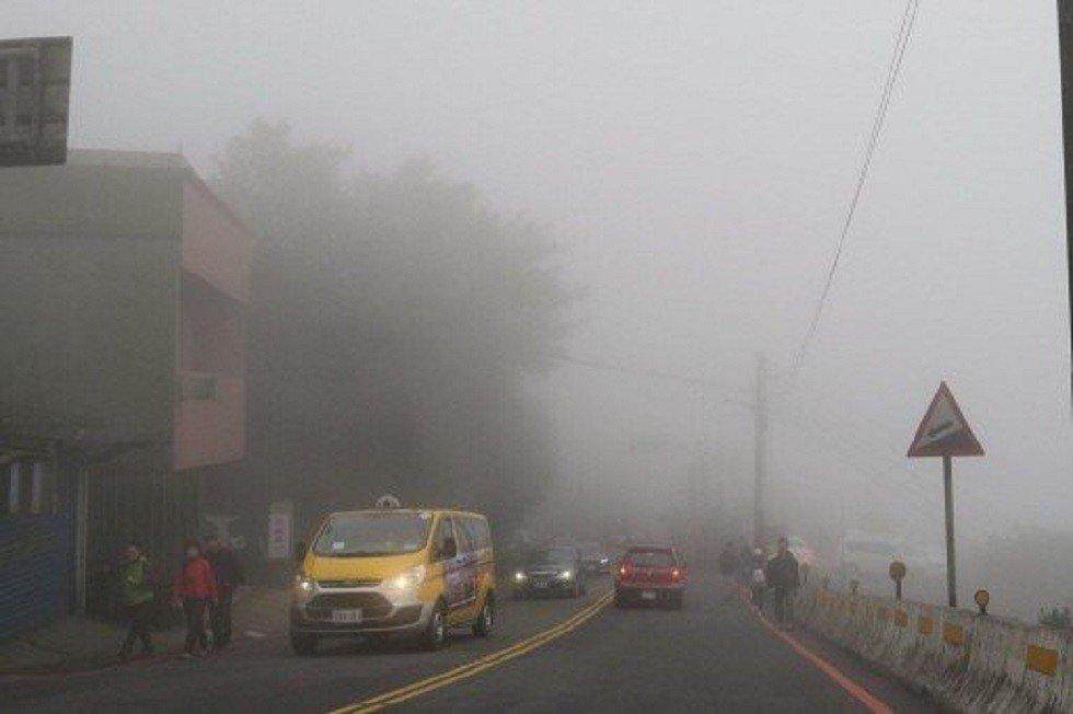 汽車上路,遇雨、霧視線不佳時,才可以打開霧燈。 圖/讀者陳信助提供