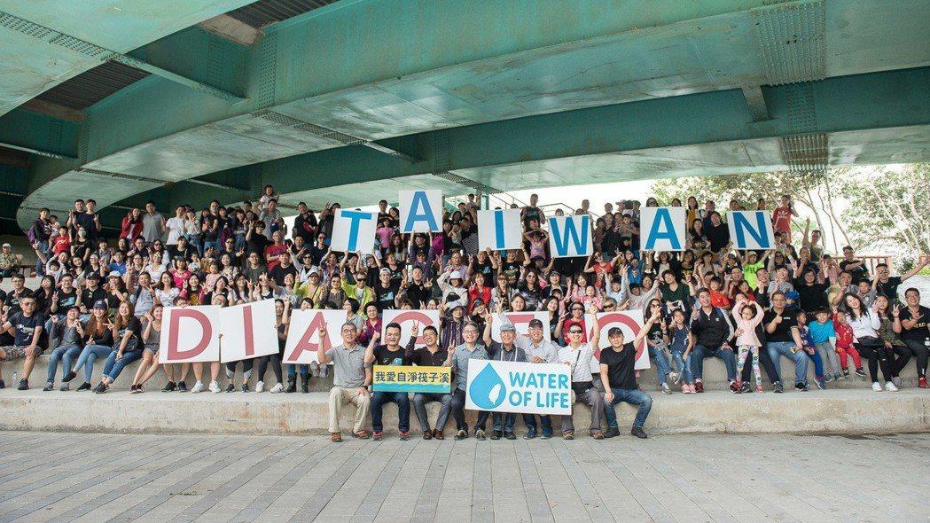 200餘位帝亞吉歐員工與親友前往台中筏子溪重建河岸景觀、恢復河川生態、整淨河堤步...