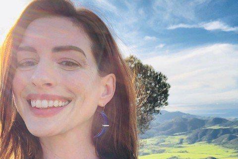 「美國甜心」安海瑟薇(Anne Hathaway)的新電影《詐騙女神》即將上映,最近她為電影宣傳活動滿檔。近日,她在跑宣傳時,被捕捉到滿臉皺紋的老態樣貌,讓人不禁感嘆:「女神老了」。年初安海瑟薇才挑...