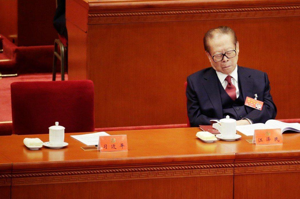 2017年,中國前領導人江澤民出席十九大。當時已年屆91歲高齡的江澤民,也忍不住...