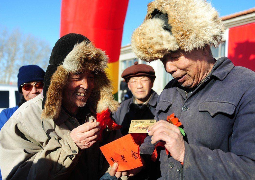 拼死拼活大半生,退休以後還能夠歡喜領取說好的養老金嗎?中國多個省份的養老金帳戶連...