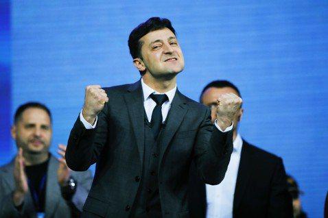 「前蘇聯的國家們啊,看看我們!在烏克蘭一切都有可能!」新誕生的笑匠總統,在勝利時...