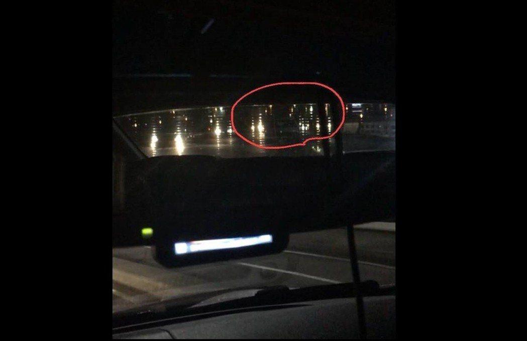 在紅圈處,就有一台未開燈的車輛,不仔細看根本無法察覺。 記者趙駿宏/攝影