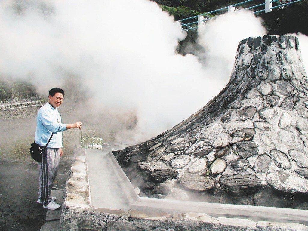 2004年仁澤溫泉使用鐵籠煮蛋。 圖片來源/聯合報系