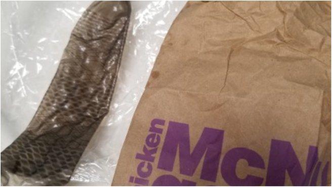 澳洲一對夫妻帶2歲女兒到麥當勞用餐時,女兒竟在餐廳內撿到用過的黑色保險套並放入嘴...
