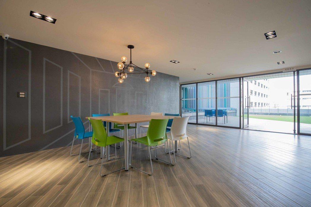 頗富設計感的交誼廳提供住宿生交流聯誼空間。 嘉藥/提供