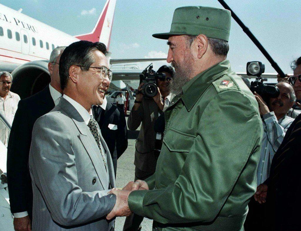 1997年,時任秘魯總統藤森與古巴強人卡斯楚於哈瓦那會面。 圖/路透社