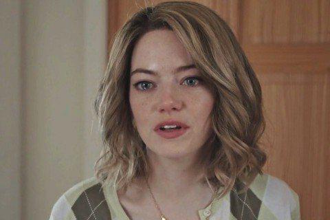 艾瑪史東日前演出NBC「週六夜現場(Saturday Night Live)」喜劇小品《女演員》,卻在片場撞見「老公」與「乾兒子」親熱!艾瑪史東在短片中飾演一名「女演員」Grace,她接到工作,要在...