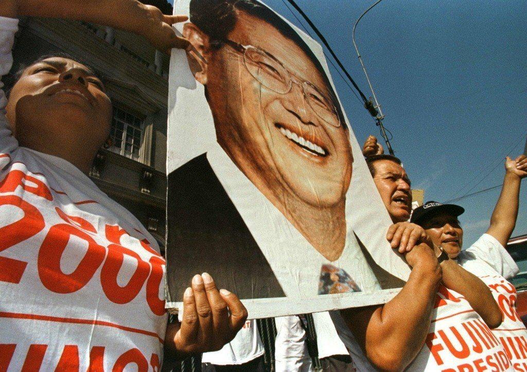 藤森支持者舉著印有藤森肖像的看板。 圖/路透社