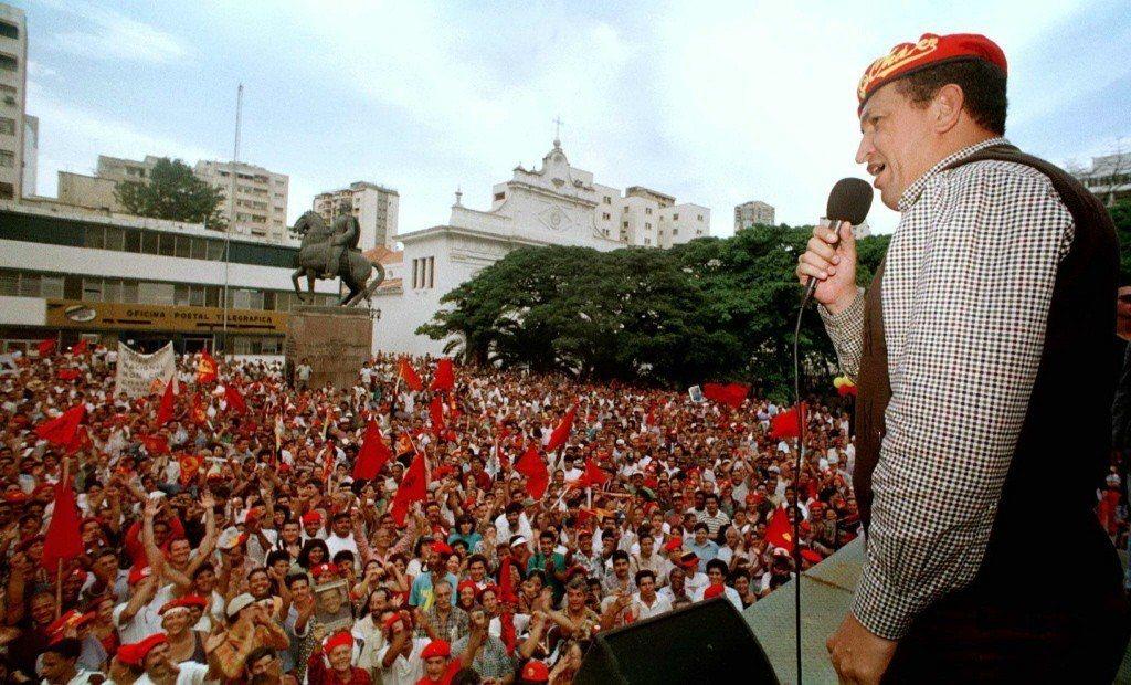 查維茲第一次競選委內瑞拉的總統時,形容對手是「卑劣的寡頭政客」。圖為查維茲1998年演說畫面。 圖/路透社