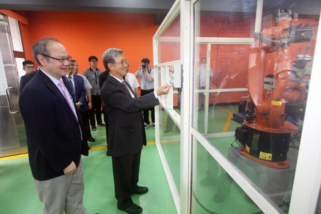 龍華科大校長葛自祥(左)與新日興董事長呂勝男一同參觀實驗室。龍華科大/提供